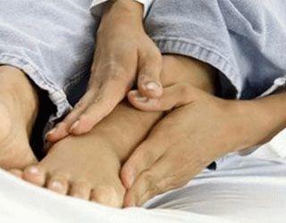 Отек при подагре: как быстро снять опухоль стопы